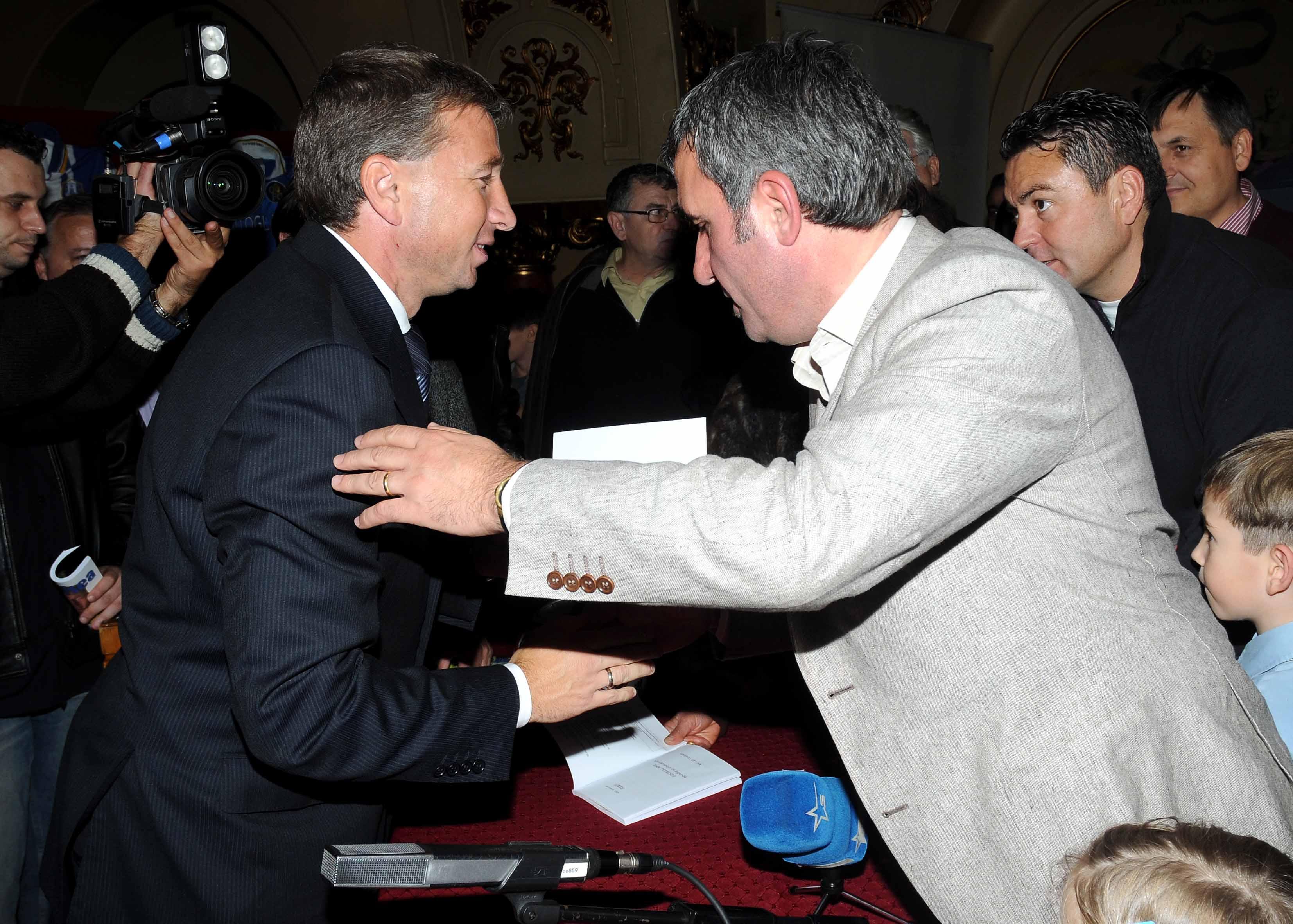 Dan Petrescu și Gică Hagi la lansarea cărții antrenorului de la CFR Cluj. Sursă foto: spotpictures.eu