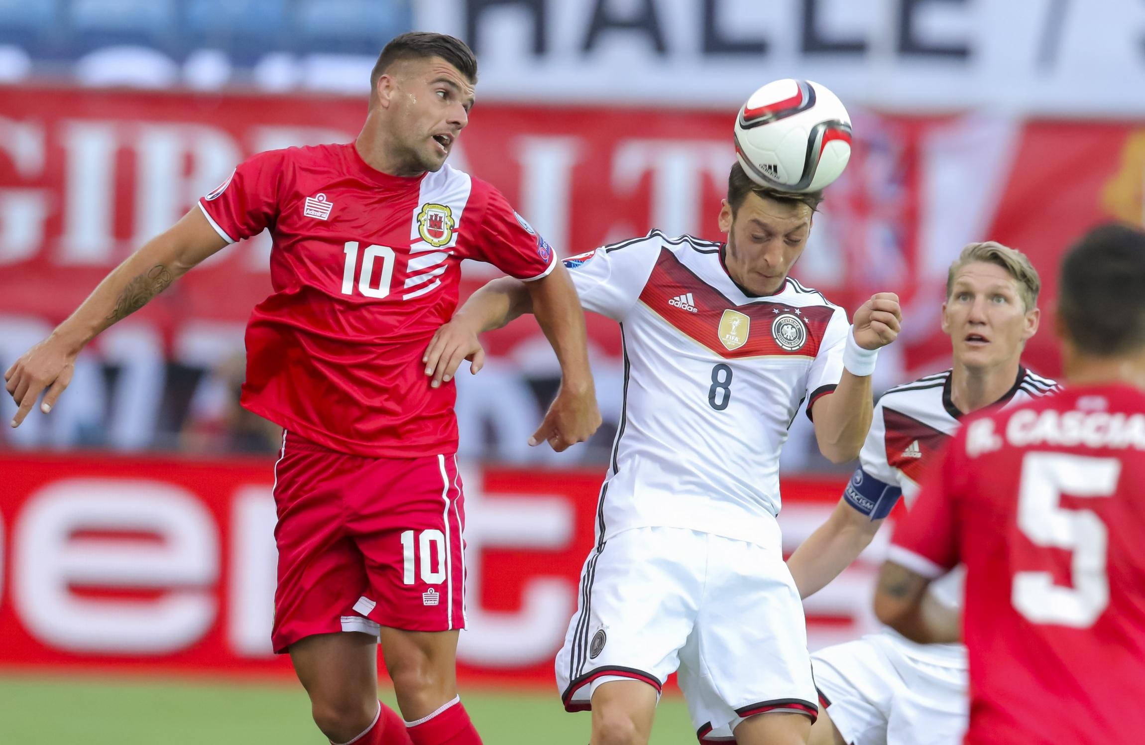 Jucătorii naționalei Gibraltar într-un meci jucat cu Germania, la prima participare a naționalei la calificările pentru Euro 2016. Sursă foto: hepta.ro