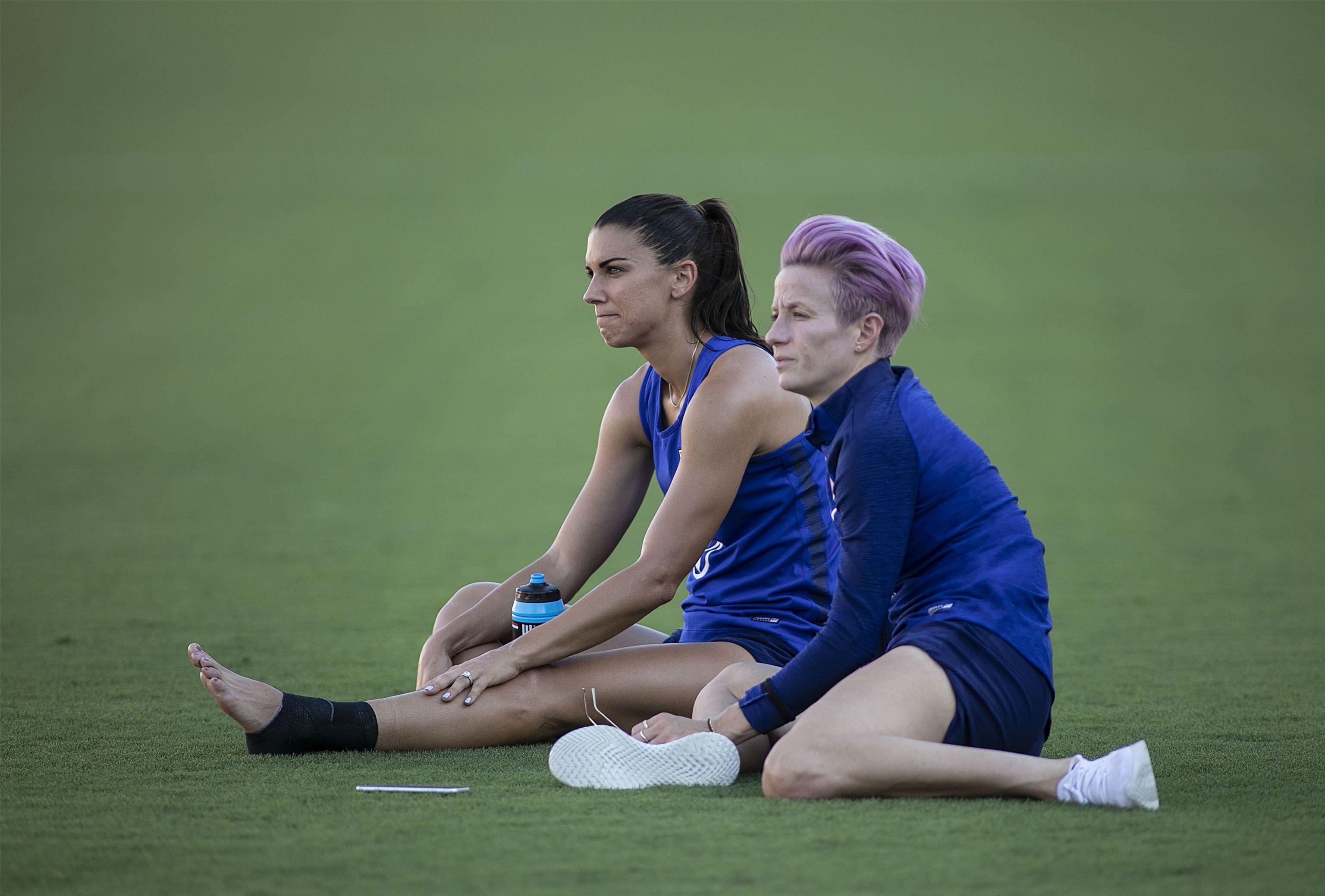 Alex Morgan alături de Megan Rapinoe. Sursă foto: hepta.ro