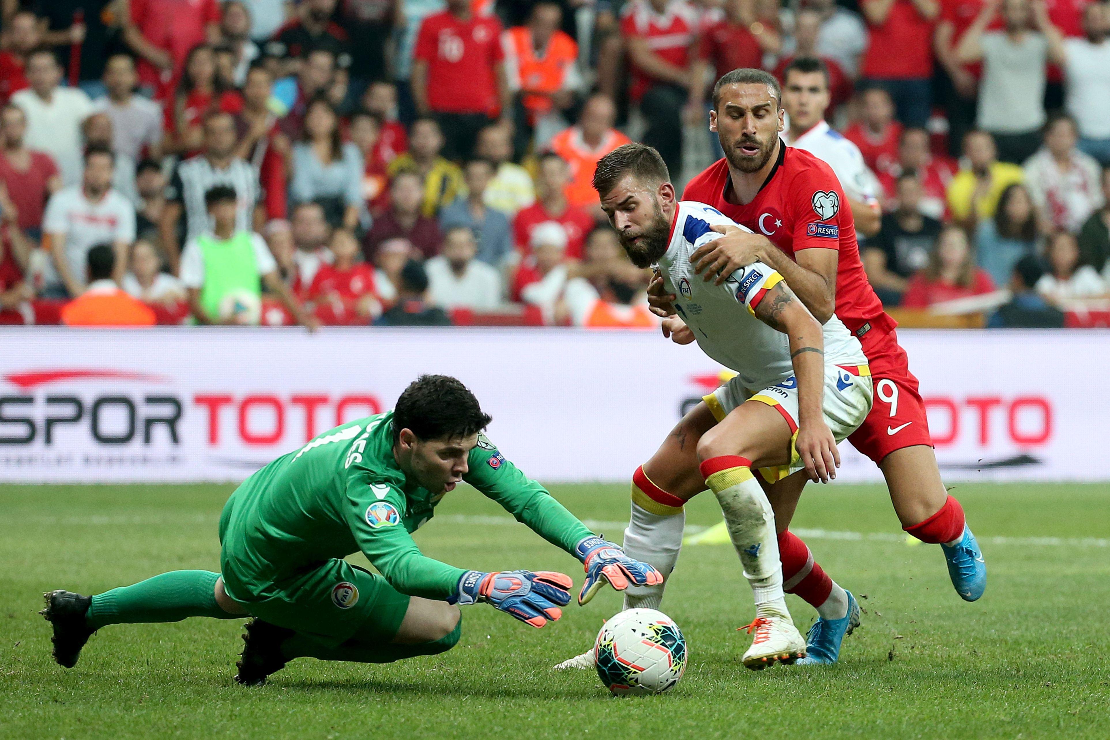 Fundașul Andorrei protejând mingea în meciul cu Turcia. Sursă foto: hepta.ro