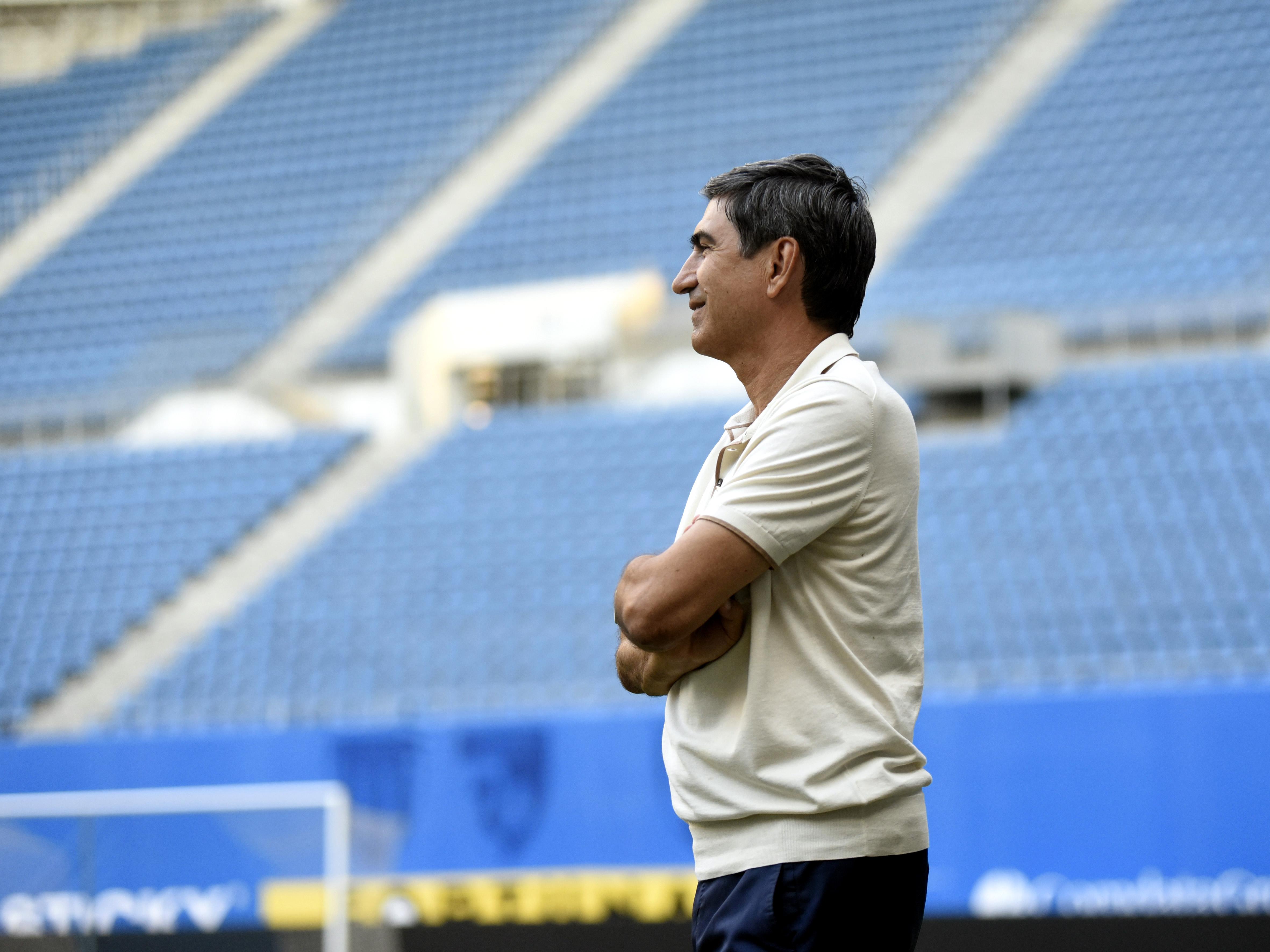 Victor Pițurcă urmărind antrenamentul susținut de Universitatea Craiova pe stadionul Ion Oblemenco. Sursă foto: sportpictures.eu