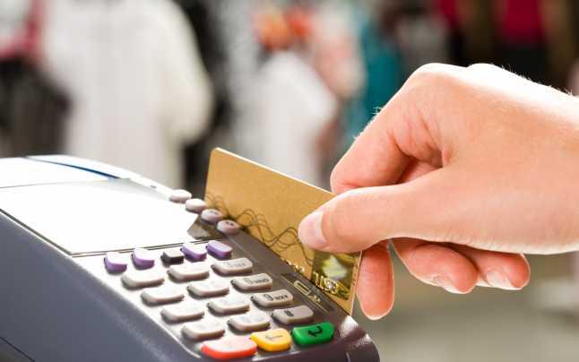 La fiecare plată cu cardul va trebui introdusă parola. Sursa foto: adevarul.ro