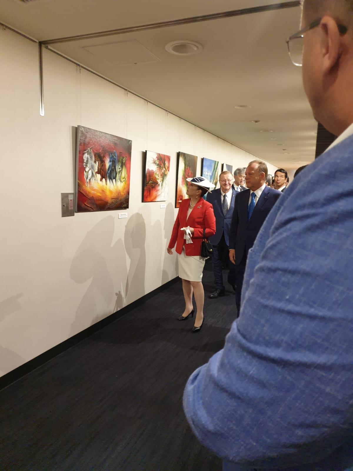Alteța Sa Regală Tomohito of Mikasa și Marius Vizer admiră picturile cu samurai ale unicului Raymond Poulet, expuse cu ocazia SM de judo de la Tokyo