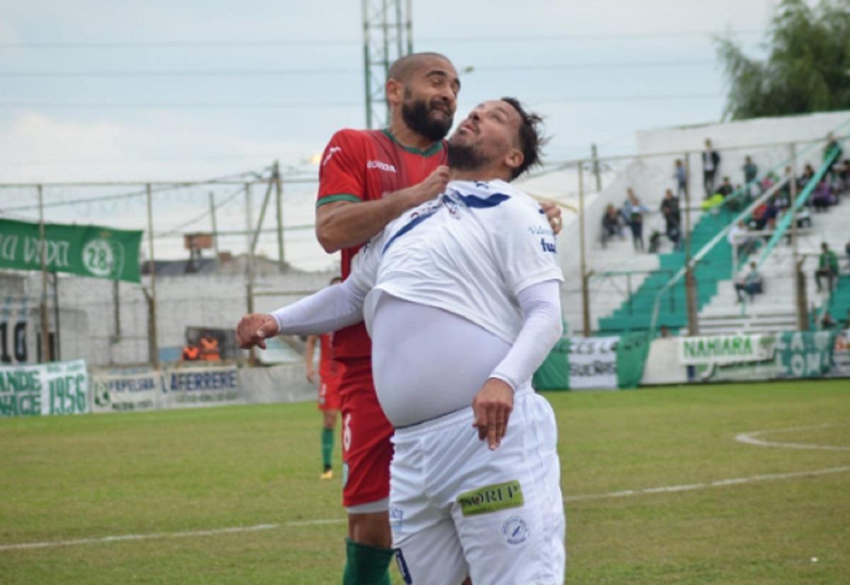 Aşa arată acum Cristian Fabbiani (în dreapta), un alt atacant trecut prin Casa Pariurilor Liga 1 şi care avea probleme cu kilogramele. Acum, în Argentina, joacă şi la