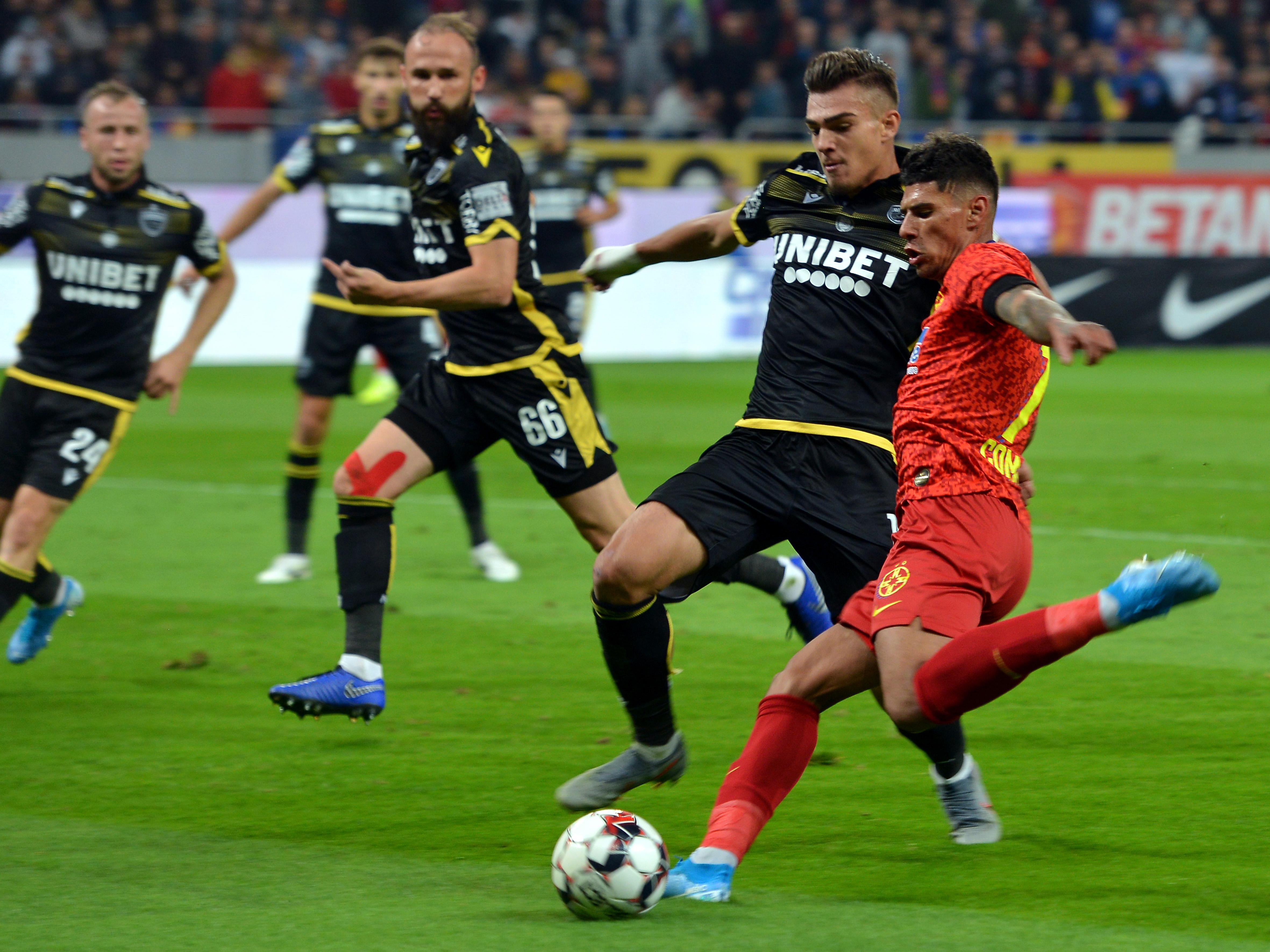 Duelul dintre Florinel Coman și Denis Ciobotariu în meciul FCSB - Dinamo, scor 1-1. Sursă foto: sportpictures.eu