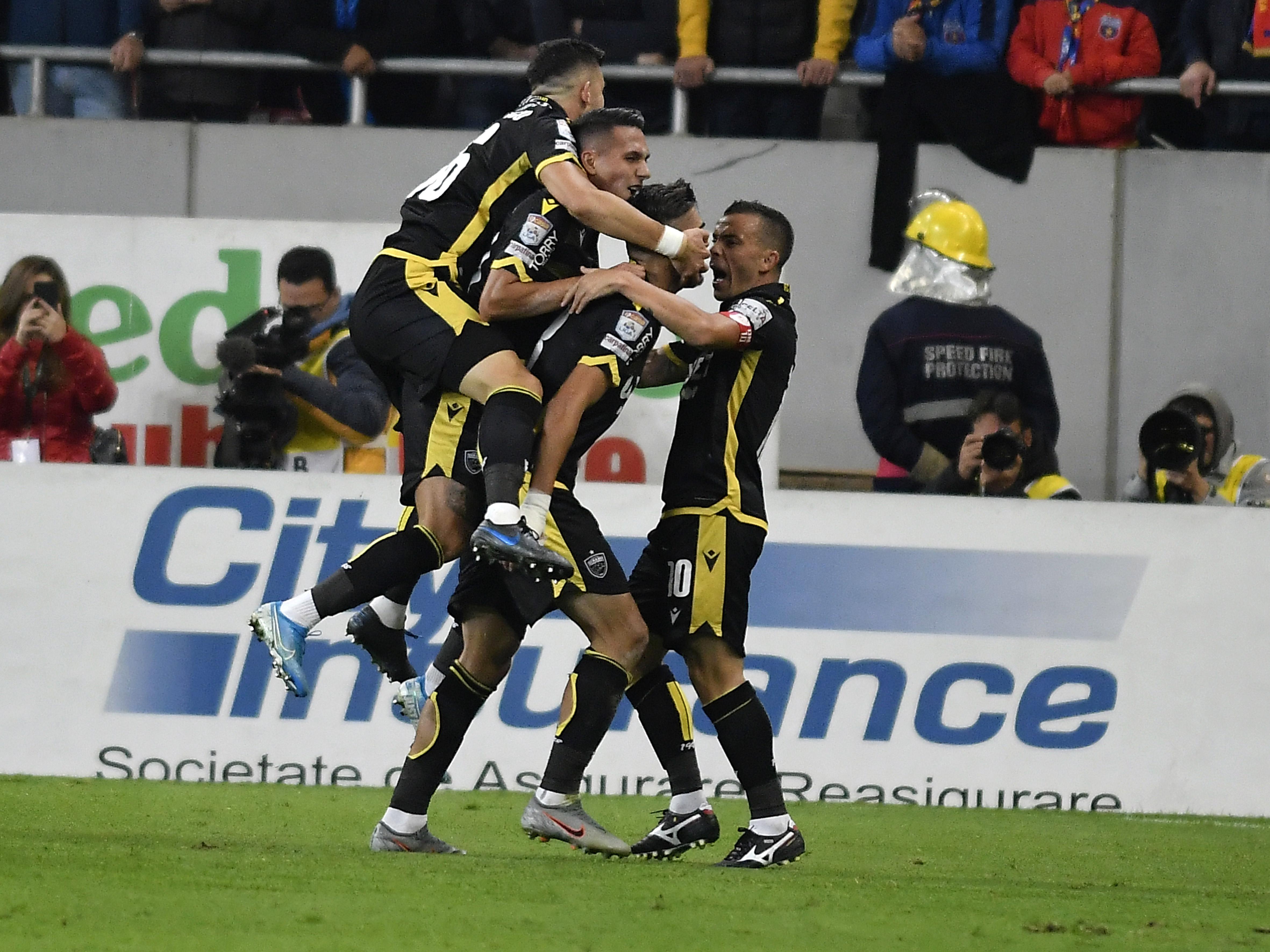 Bucuria jucătorilor de la Dinamo după golul înscris de Denis Ciobotariu în meciul FCSB - Dinamo, scor 1-1. Sursă foto: sportpictures.eu