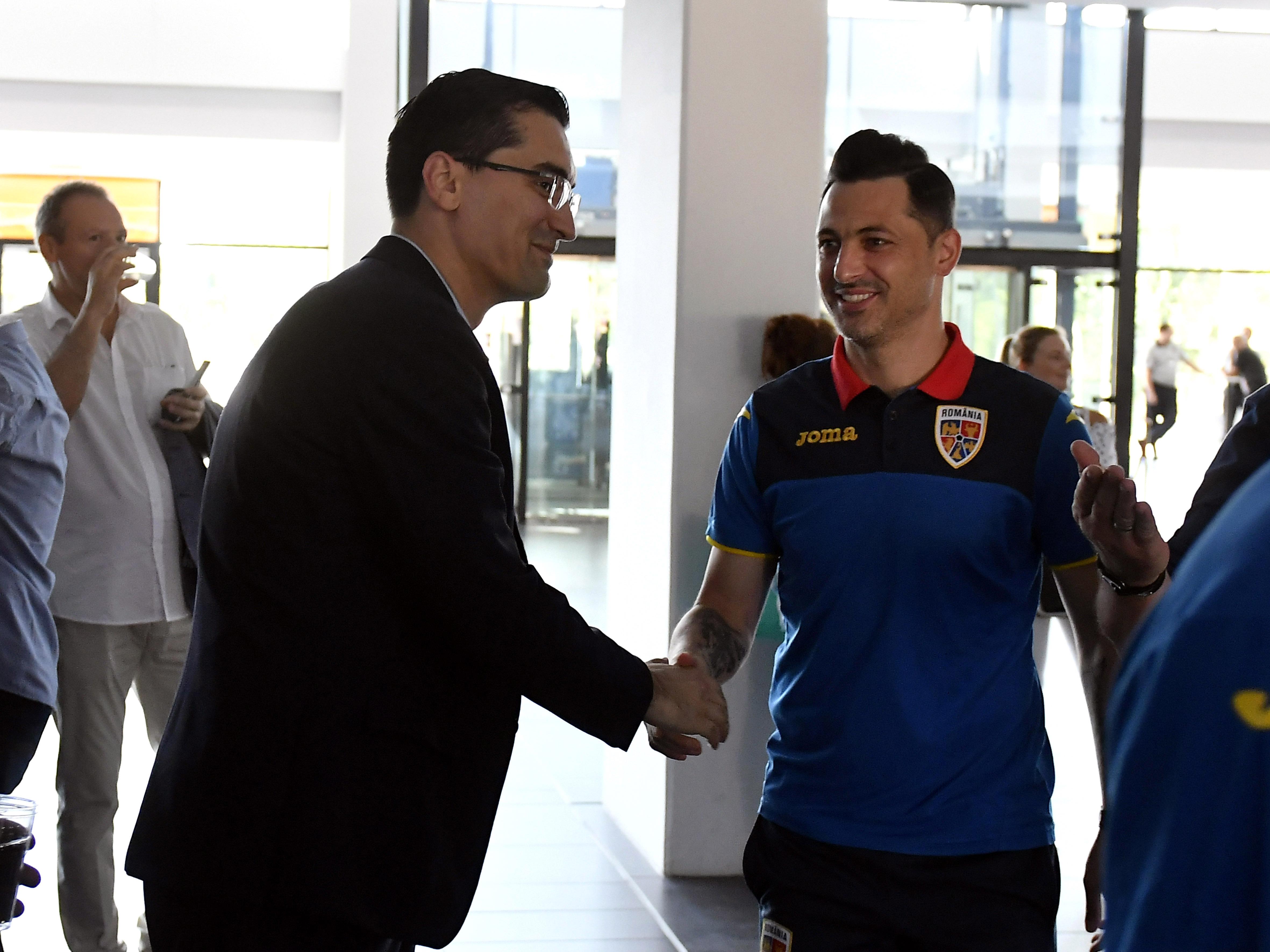 Răzvan Burleanu îl salută pe Mirel Rădoi. Sursă foto: sportpictures.eu