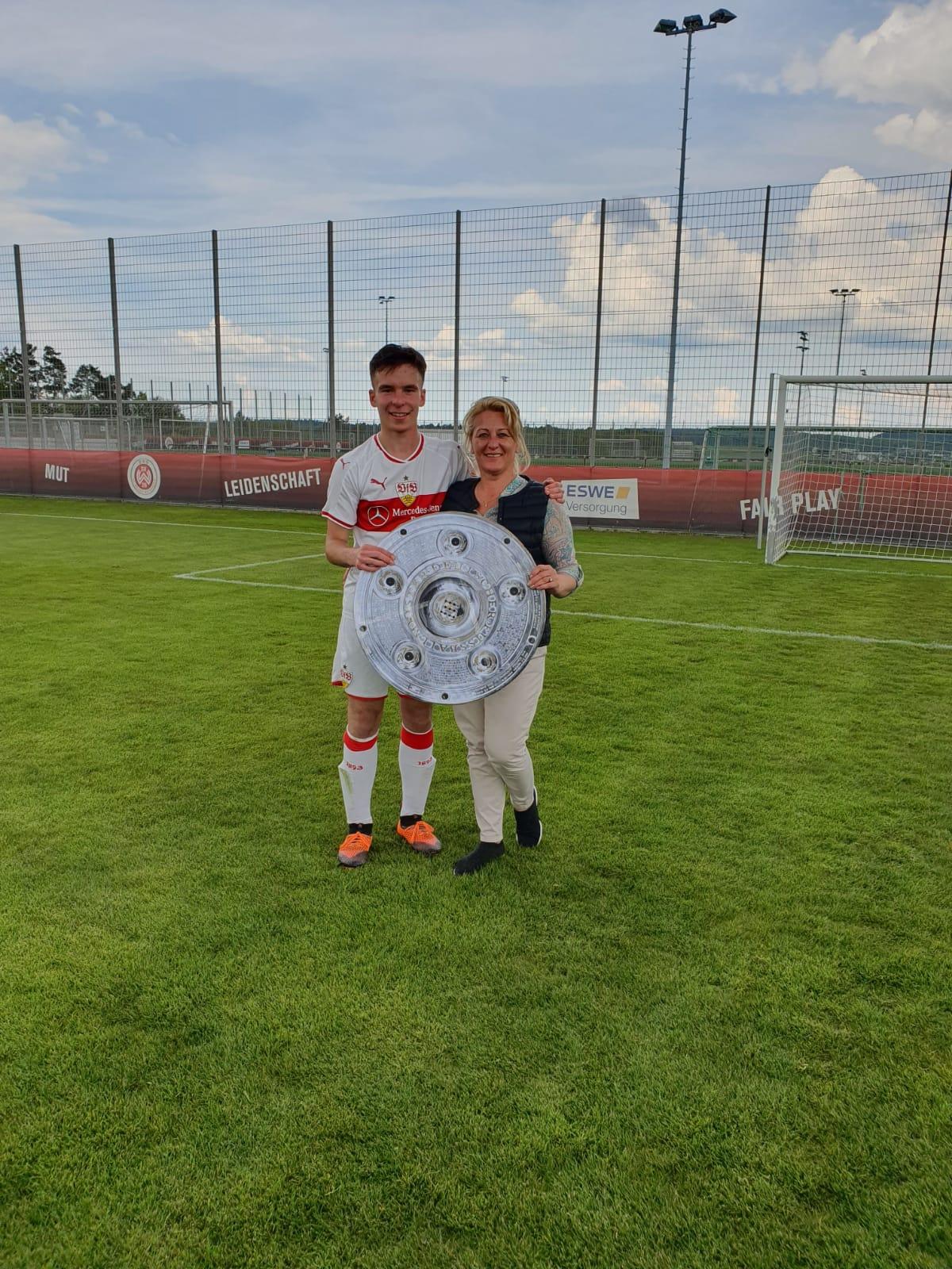 Cazimir Buturugă, românul ajuns căpitan la VFB Stuttgart Din România simpatizez cu Steaua. Niciodată nu ştii ce îţi rezervă viitorul. Vreau să joc la Liverpool! EXCLUSIV