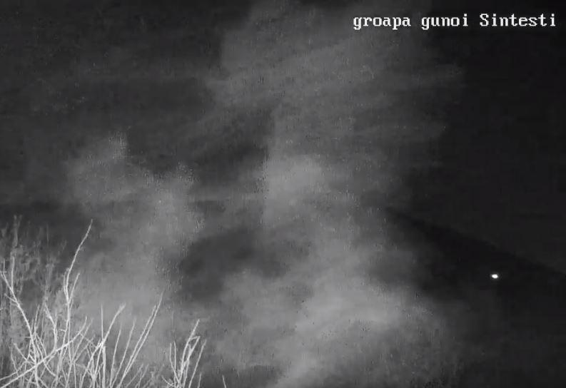 Fumul degajat dinspre groapa de gunoi Sintești, surprins de camera video