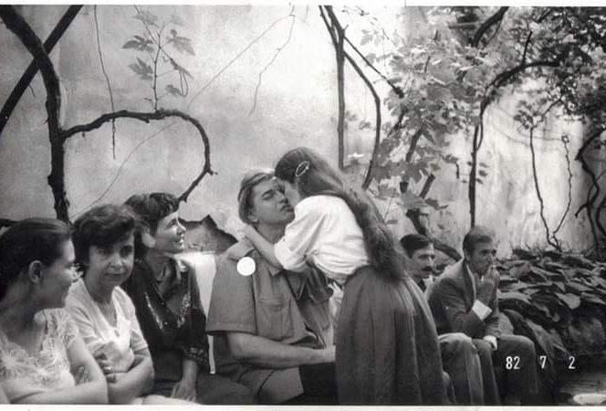 Nichita Stănescu și un grup de admiratoare (sura www.facebook.com)