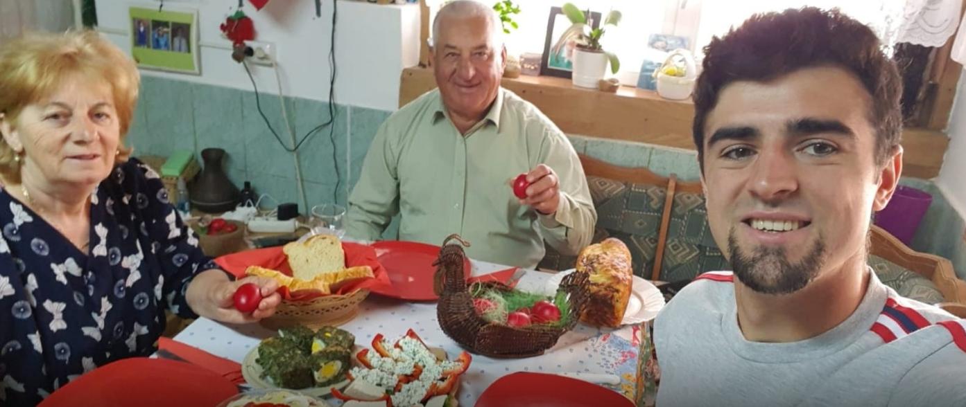Alex Pașcanu, alături de bunici de Paște. FOTO: FRF
