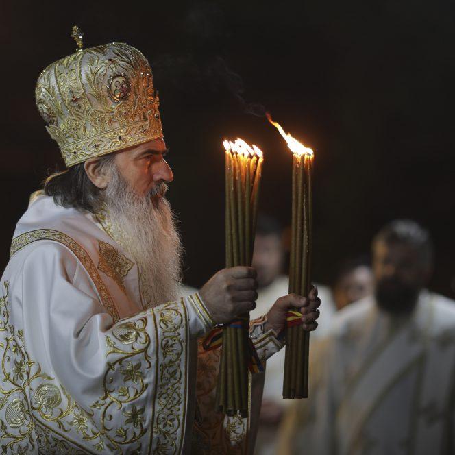 Slujba biserica aer liber Paste lumanare lumina preot oameni masca covid ODOVANIE PASTE INQUAM Octav Ganea