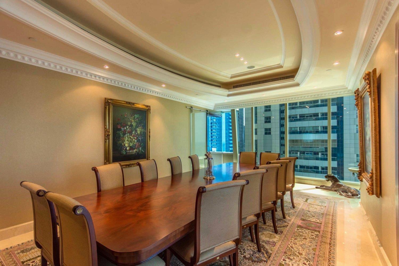 Locul de luat masa denotă eleganţă. FOTO: alek carrera estates