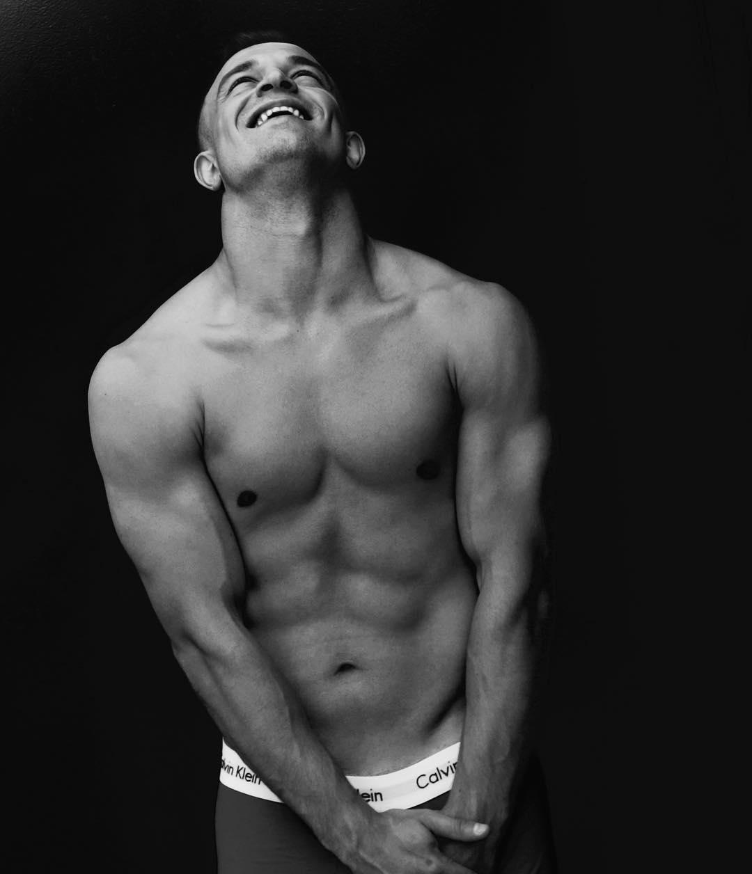 Shaqiri profită de felul în care arată şi pozează la bustul gol. FOTO: instagram