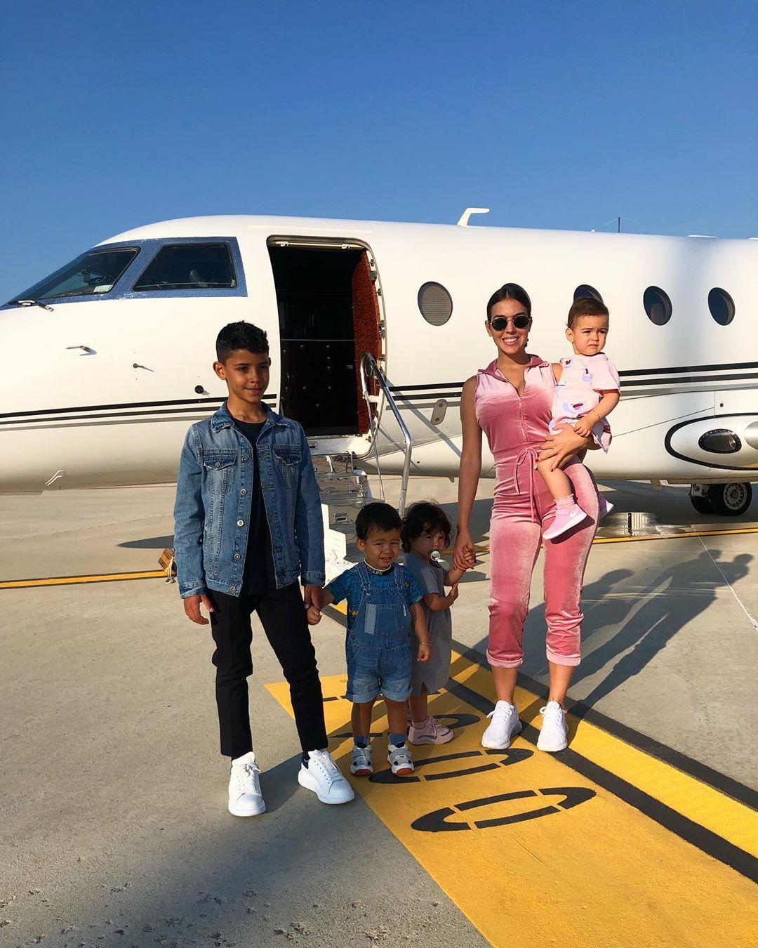 Avionul privat e mereu la dispoziţie. FOTO: instagram