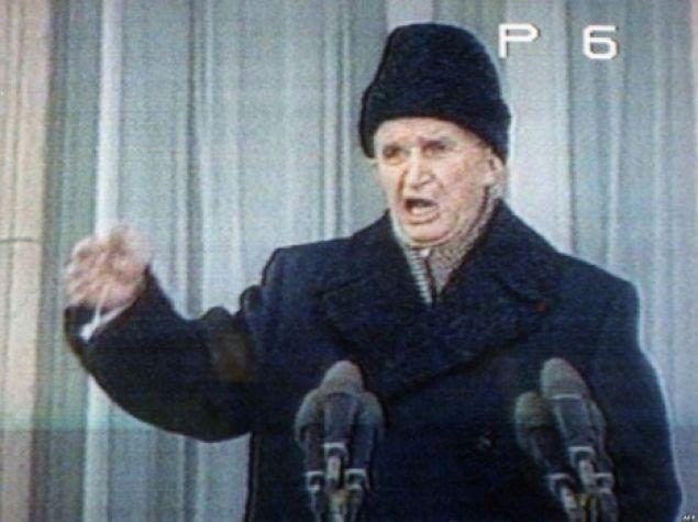 Nicolae Ceaușescu și look-ul său celebru