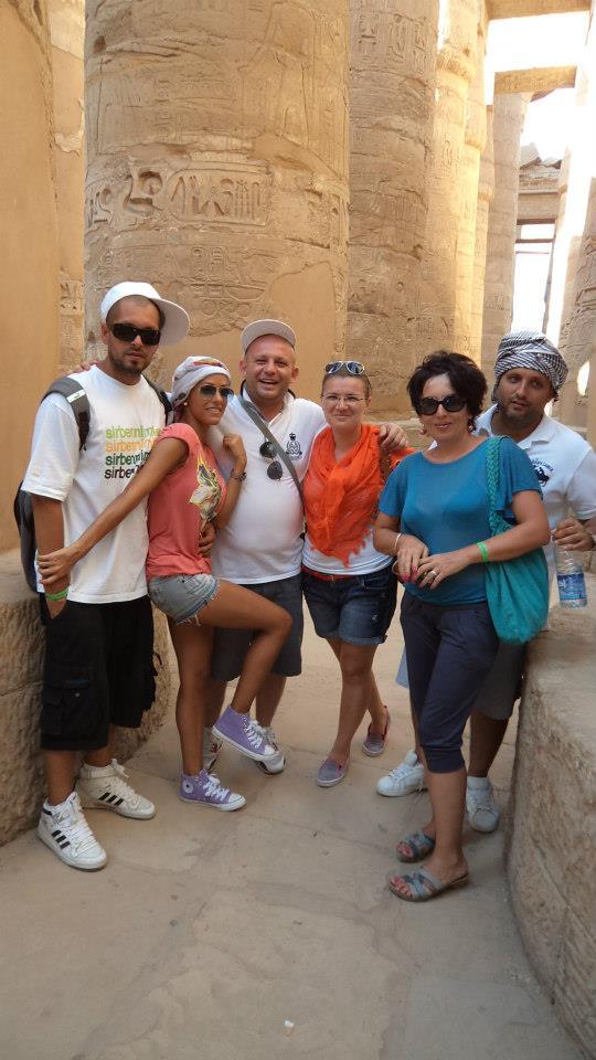 In centru, cu sapca, tatal lui Ombladon, alaturi da familie in Egipt. Sursa foto: Facebook Marius Alexandru Pastaca