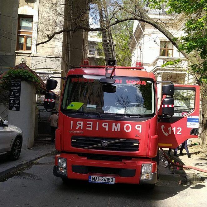 Incendiu într-un bloc din centrul Bucureștiului. Echipajele ISU intervin cu 3 autospeciale de stingere