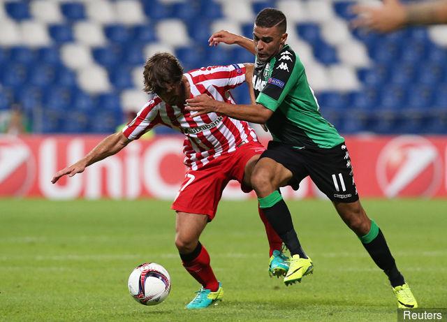 athletic_bilbaos_benat_in_action_with_sassuolos_gregoire_defrel_329380
