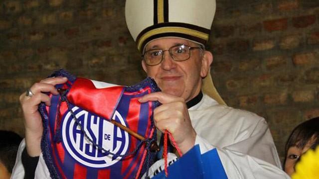 4TF0VTZKJL_ht_pope_francis_soccer_flag_twitter_jt_130317_wg